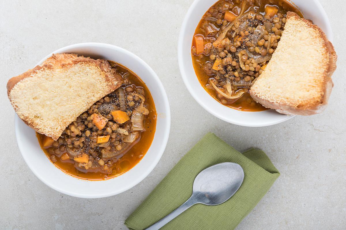 Zuppa di lenticchie e cipolle con pane gratinato al parmigiano