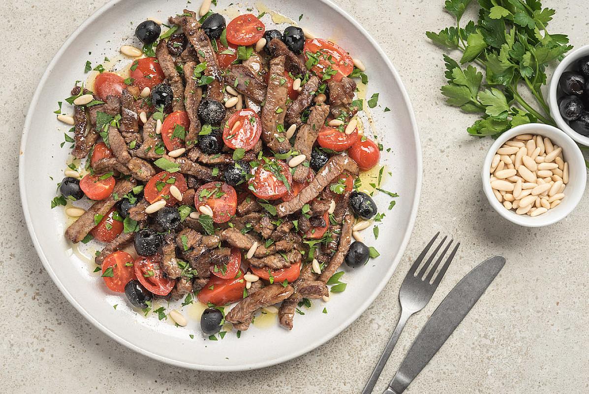 Straccetti di scottona bio con pinoli, pomodorini e olive