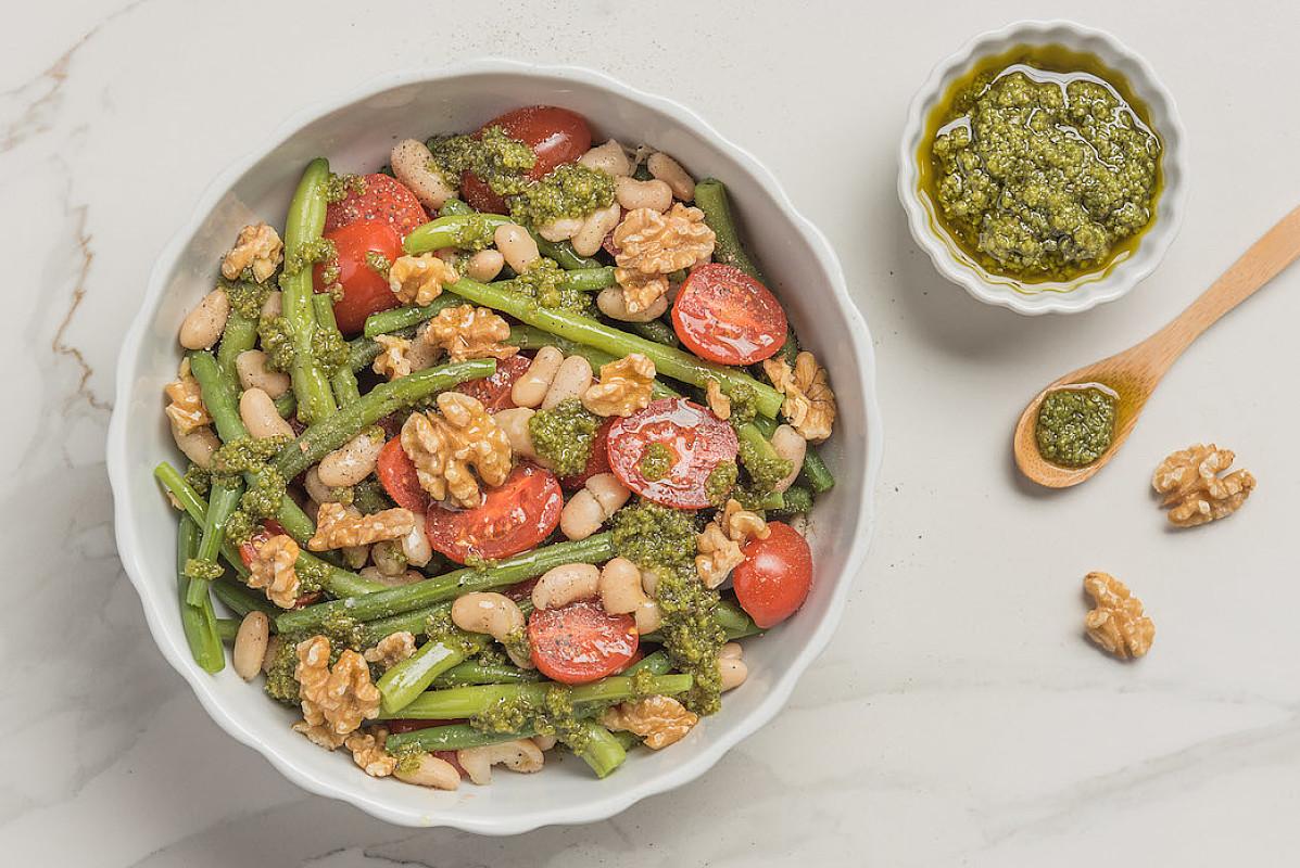 Insalata di legumi con pesto genovese fresco e noci