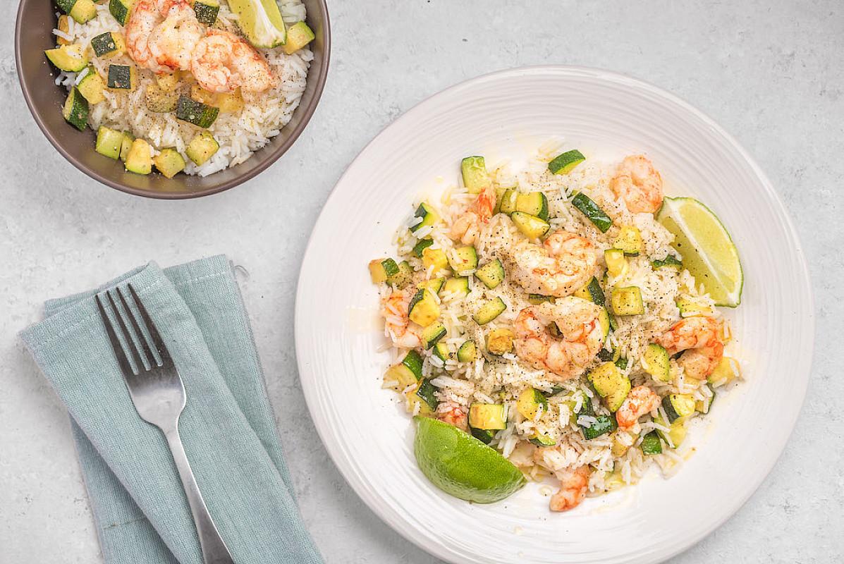 Insalata di riso con zucchine, mazzancolle e lime