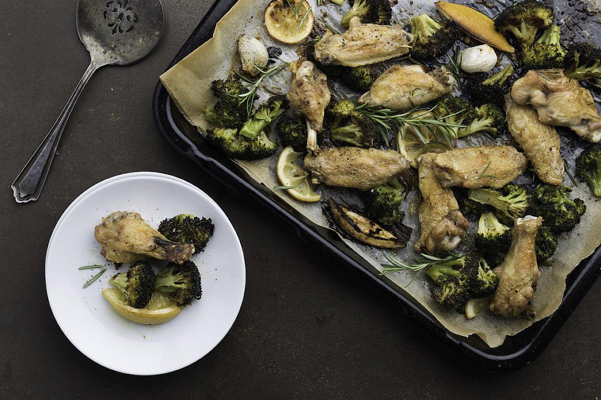 Ali di pollo bio al forno con broccoli al limone