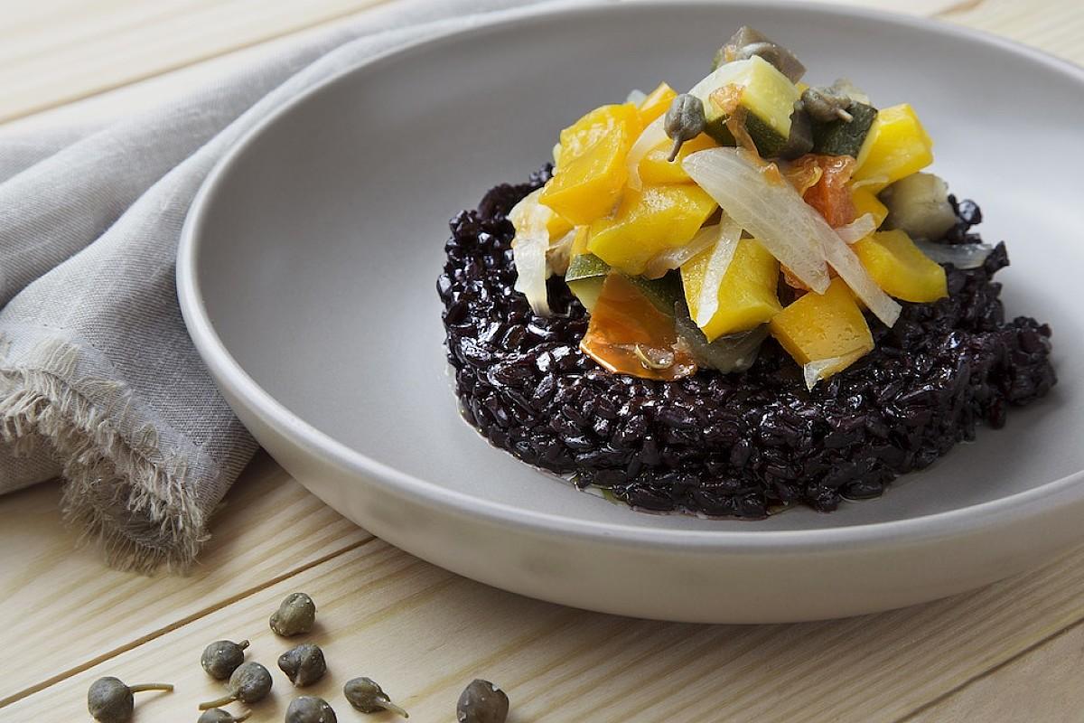 Caponatina piccante con riso nero alla maggiorana