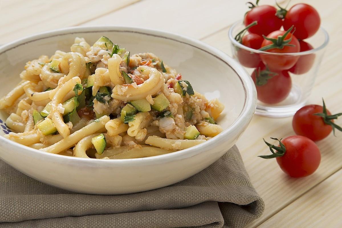 Strozzapreti con merluzzo, zucchine e pomodorini