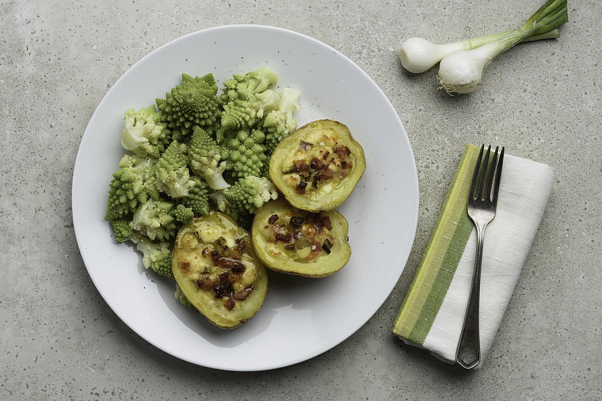 Patate ripiene di pancetta e fontal con broccolo romano