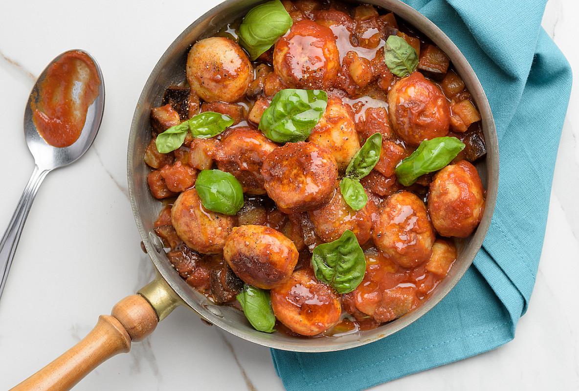 Polpette di pollo bio con melanzane perline al basilico