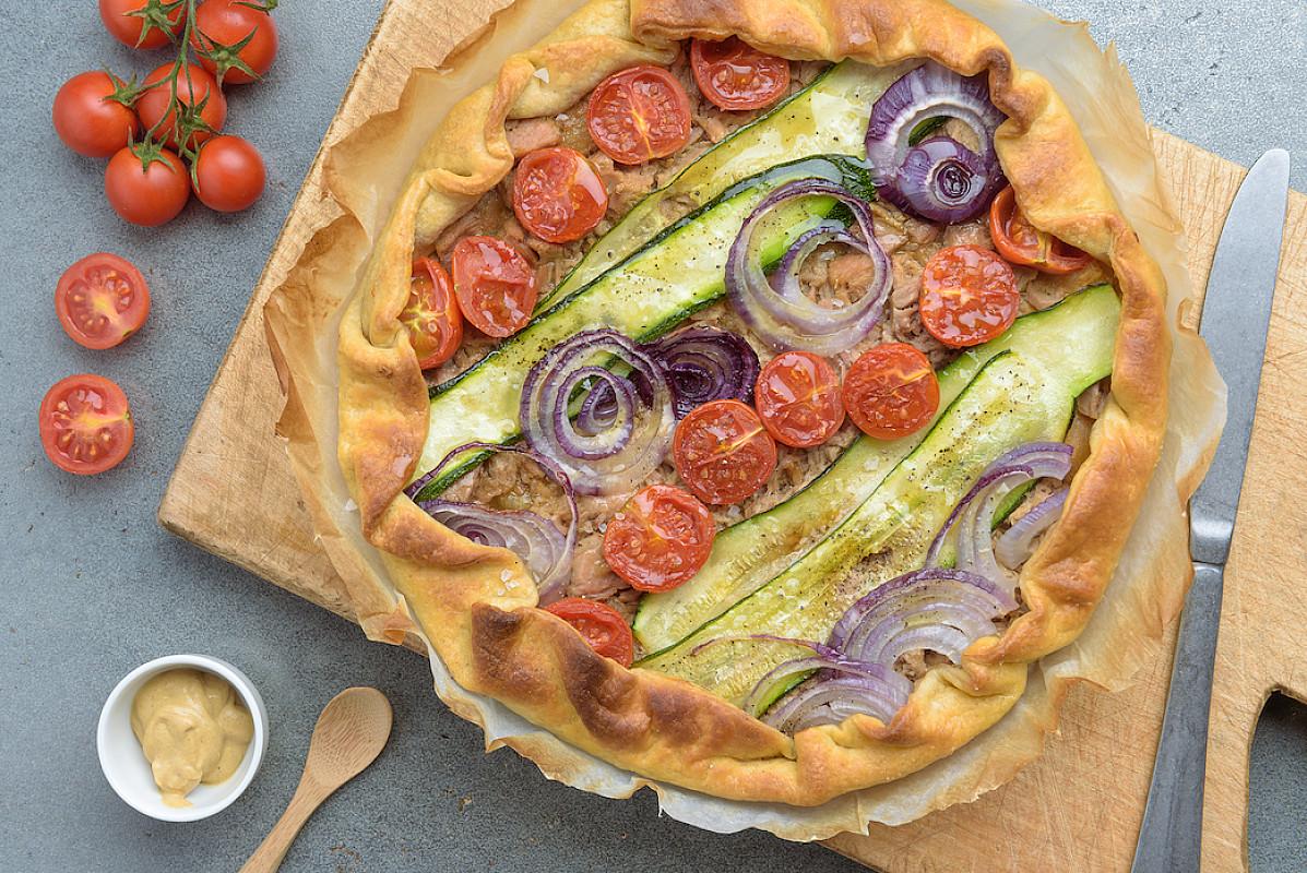 Torta salata con sfoglia integrale, tonno e verdure