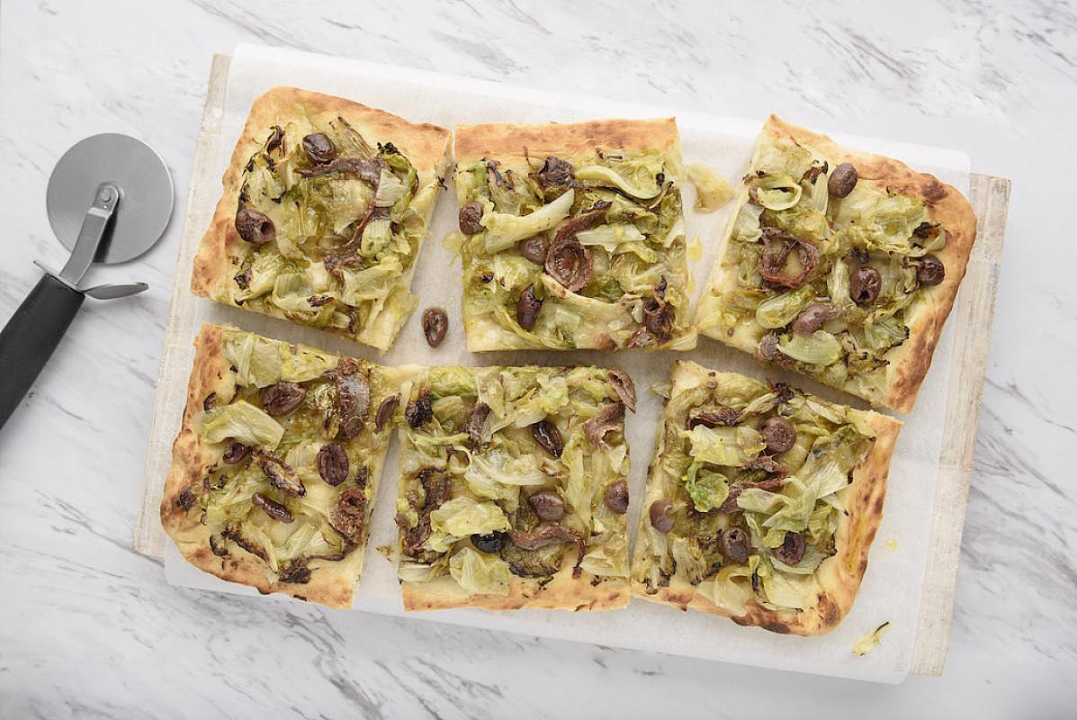 Focaccia con scarola, acciughe e olive nere