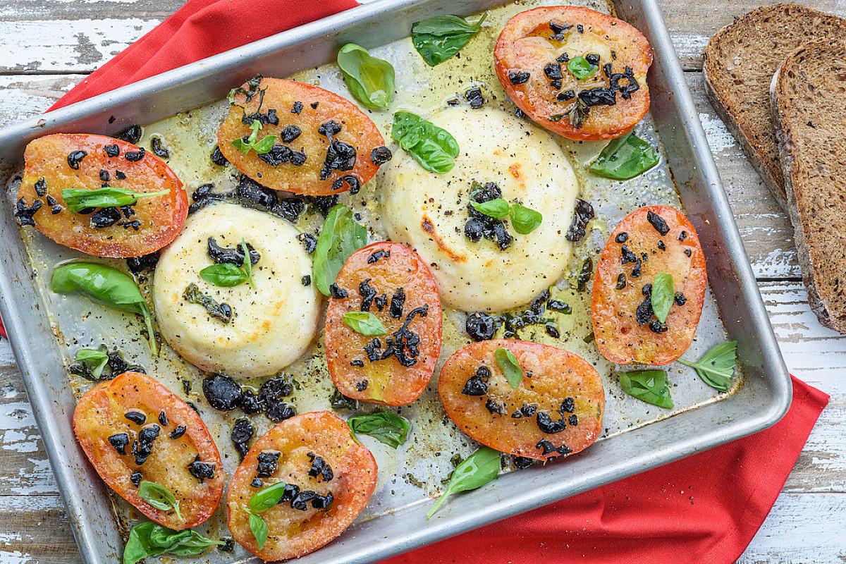 Primosale con panatura di erbe e olive e pomodori gratinati