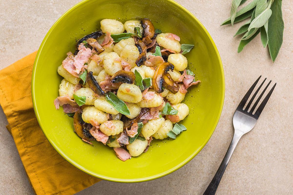 Gnocchi di patate artigianali con prosciutto e champignon