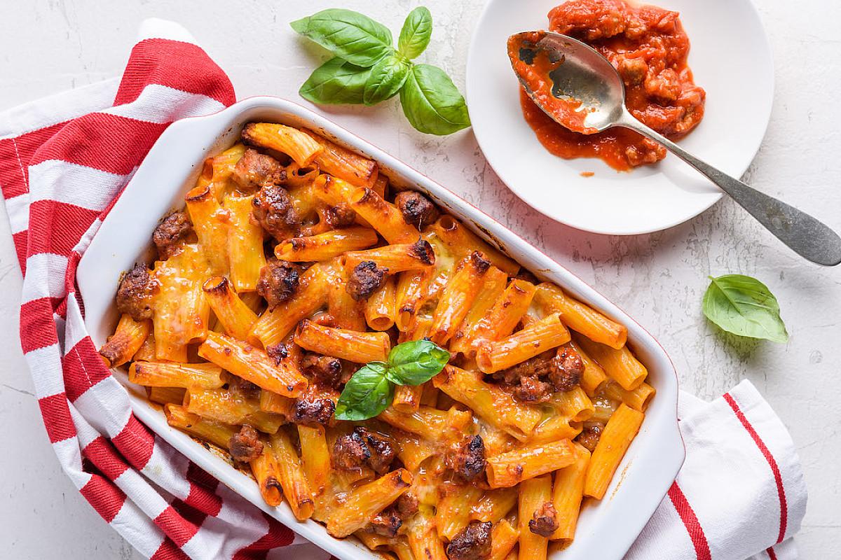 Tortiglioni gratinati al forno con luganega e mozzarella