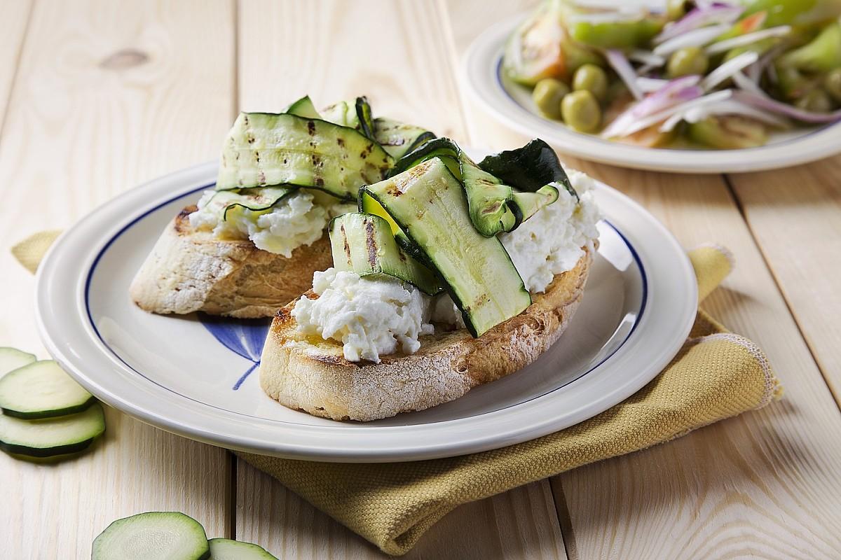 Bruschettona con zucchine, stracchino e insalata di pomodori verdi