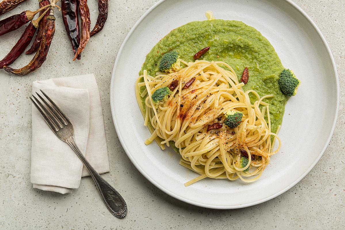 Linguine aglio, olio e peperoncino con crema di broccoli