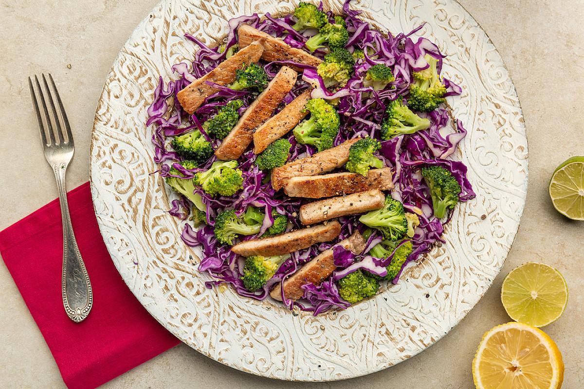 Braciole di maiale con insalata di cavolo cappuccio viola e broccoli allo zenzero