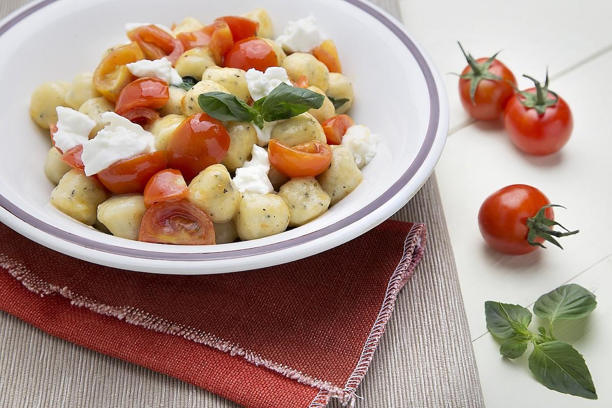 Gnocchi artigianali all'ortica con pomodorini e crescenza