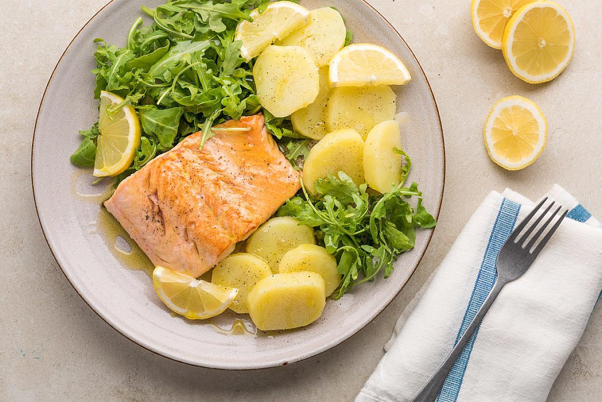 Salmone in padella con insalata di patate, rucola e limone