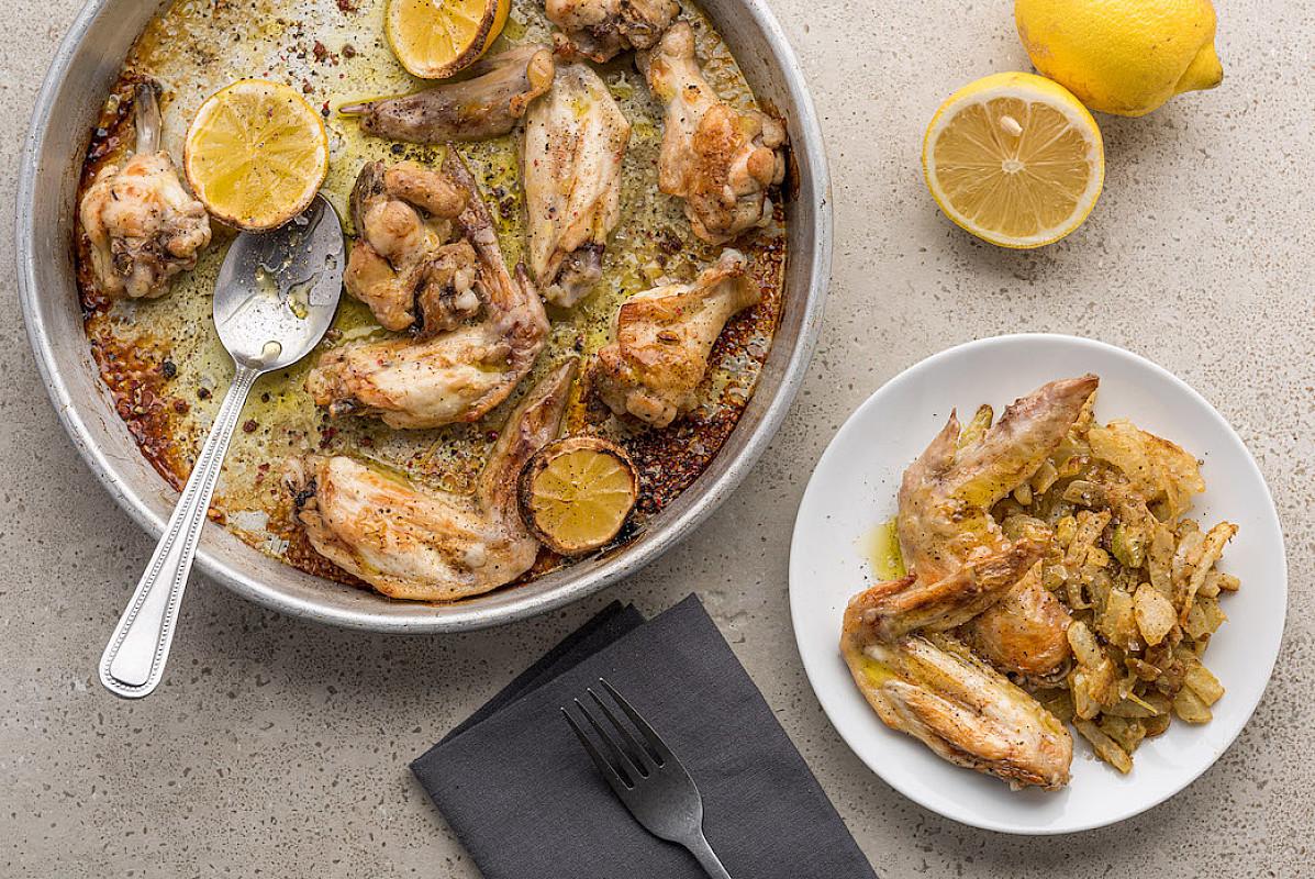 Ali di pollo arrosto con limone e pepe e finocchi rosolati in padella