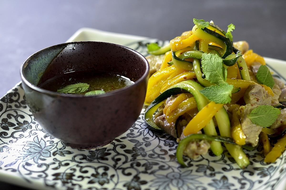 Braciole di maiale glassate con peperoni e zucchine