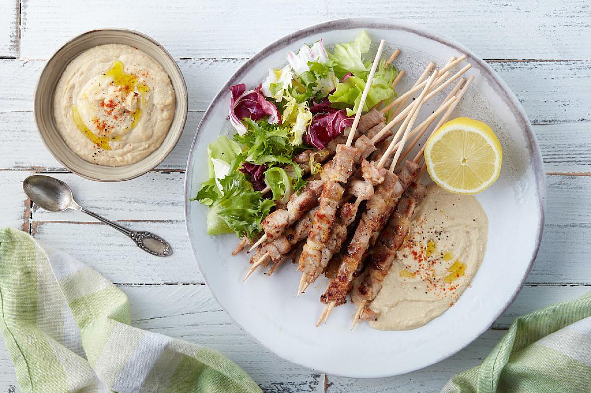 Arrosticini di pollo bio con hummus e misticanza