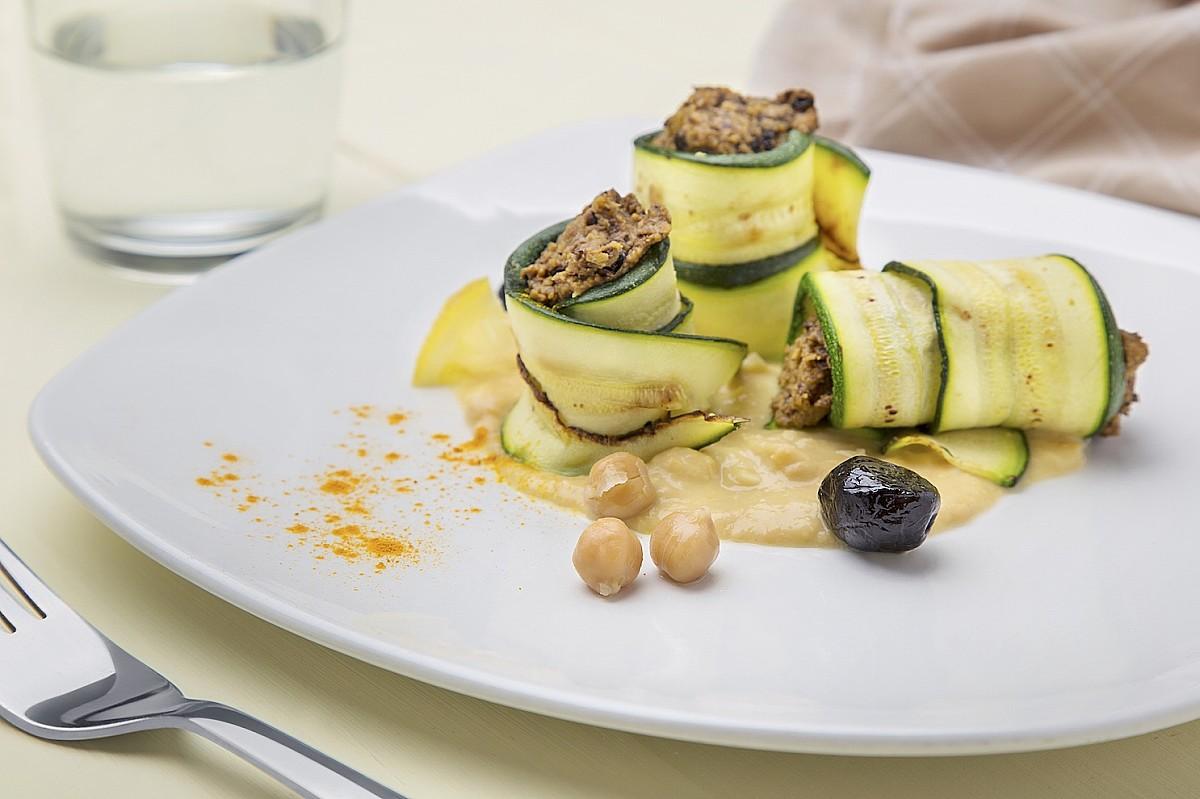 Rotolo di zucchine, crema di ceci e olive nere