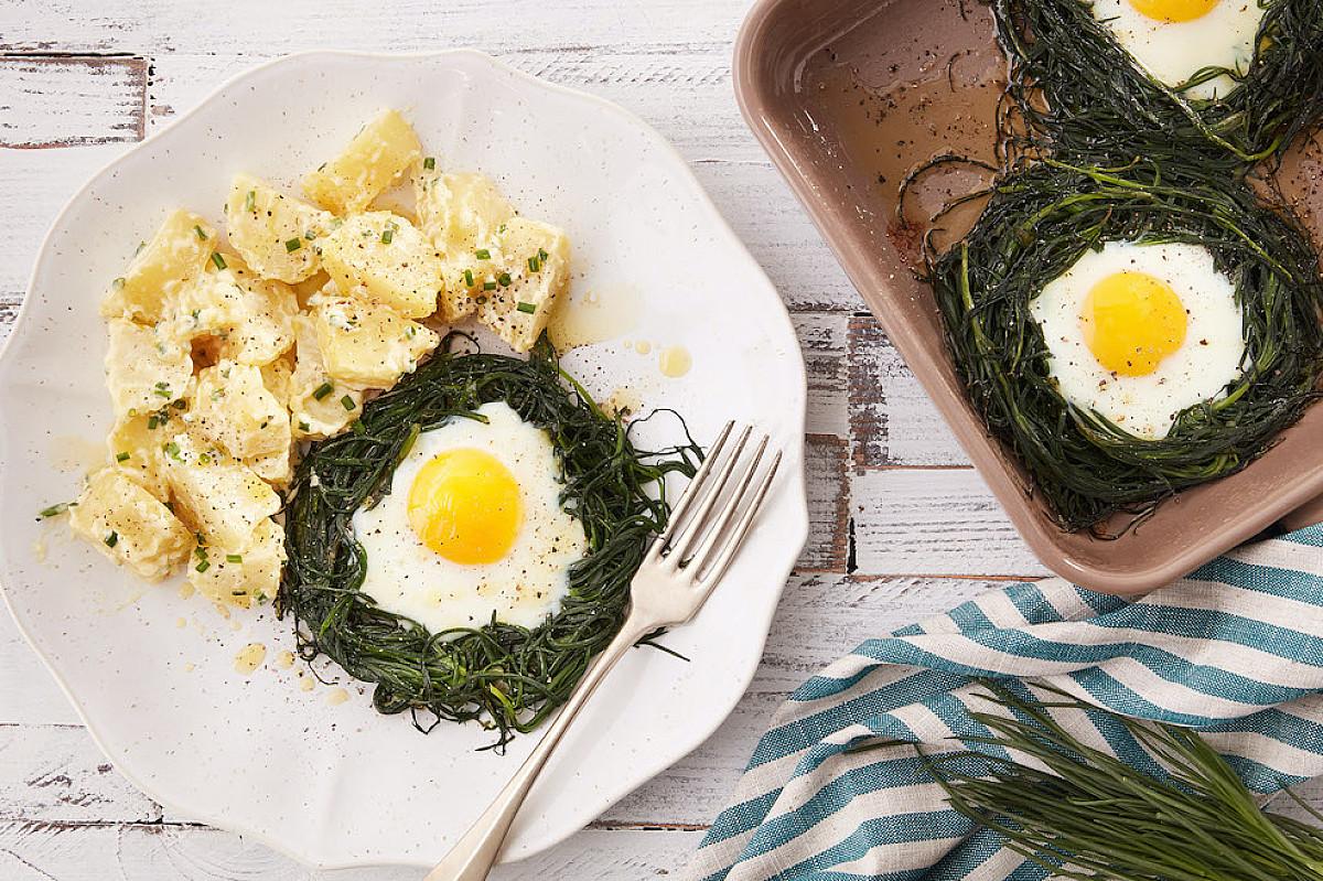 Nidi di agretti e uova con insalata di patate e maionese
