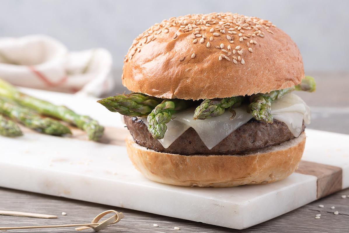 Hamburger BIO primaverile con asparagi e formaggio filante