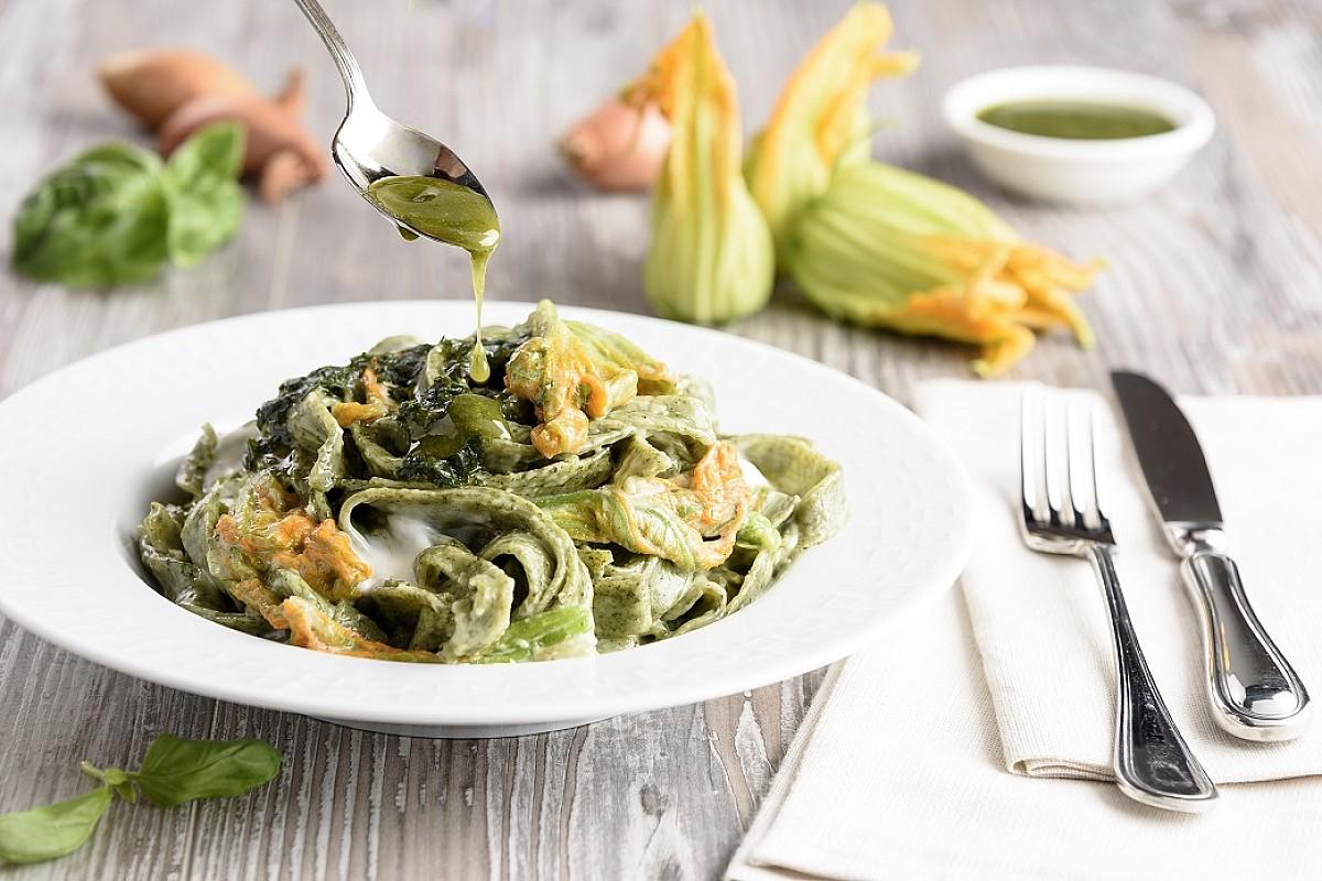Tagliatelle verdi con fiori di zucca, crescenza e olio al basilico
