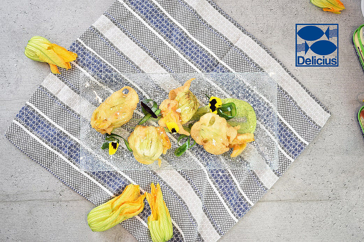 Fiori di zucca pastellati con salsa di zucchine