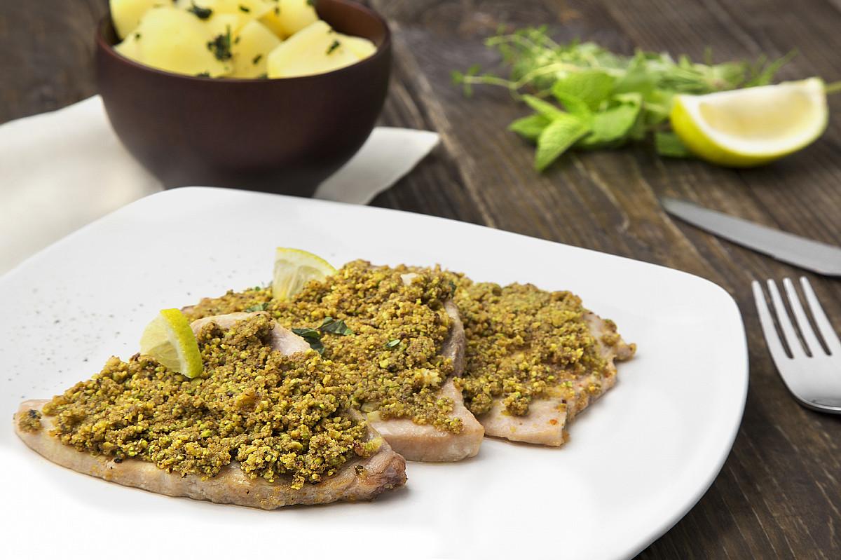 Trancio di spada con crosta di pistacchi e cubotti di patate prezzemolate