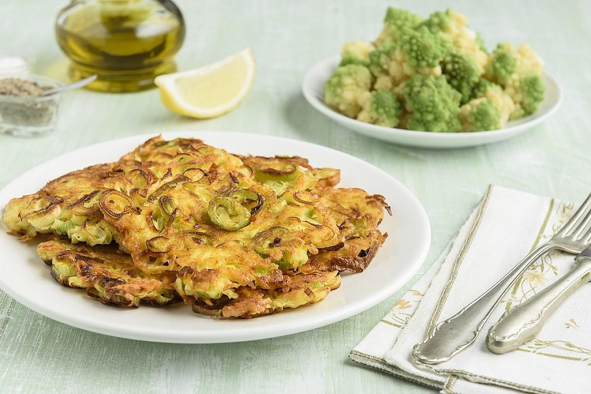 Frittelle di porri e patate con broccolo romano al pepe