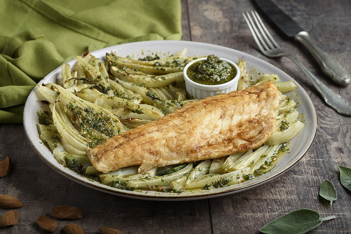 Filetto di branzino con finocchi e pesto di salvia