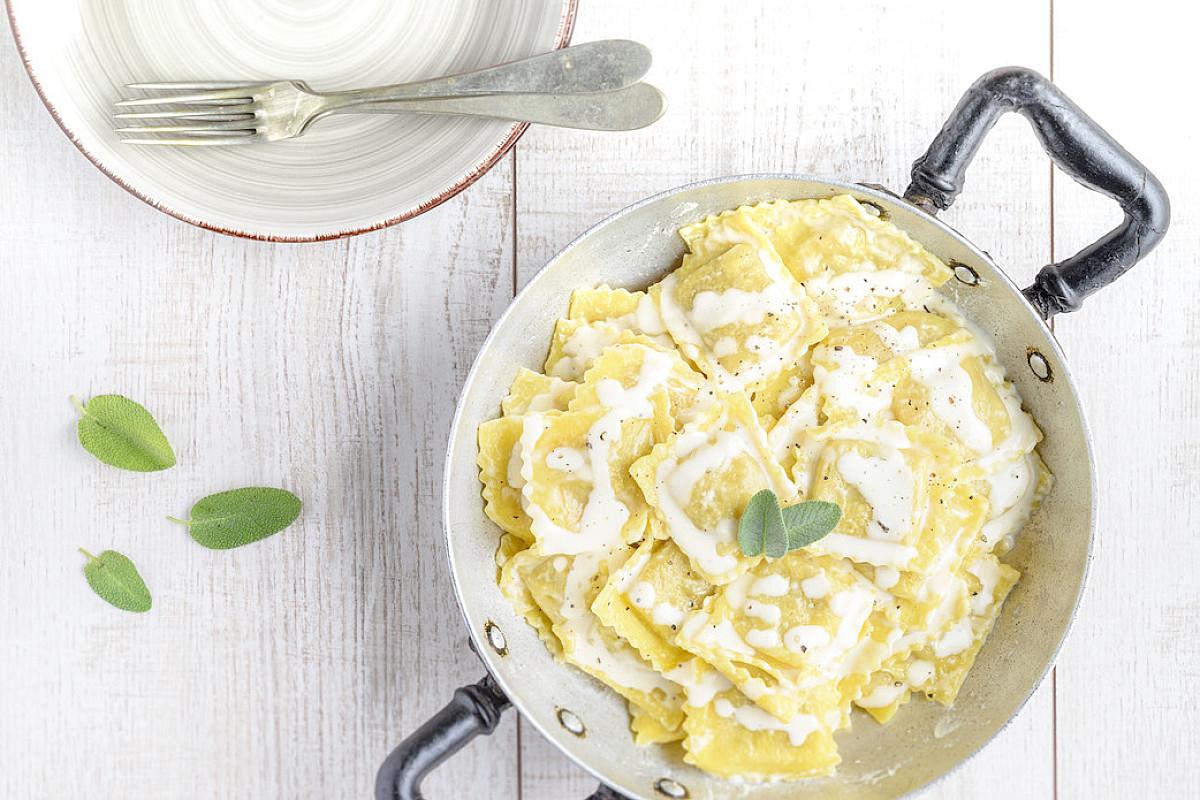 Ravioli alla zucca con crema di parmigiano e salvia