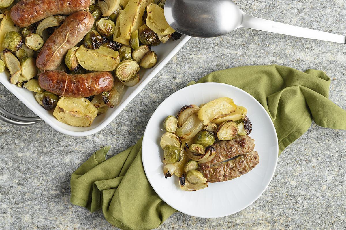 Salsiccia con cavoletti di bruxelles, mela e cipolla