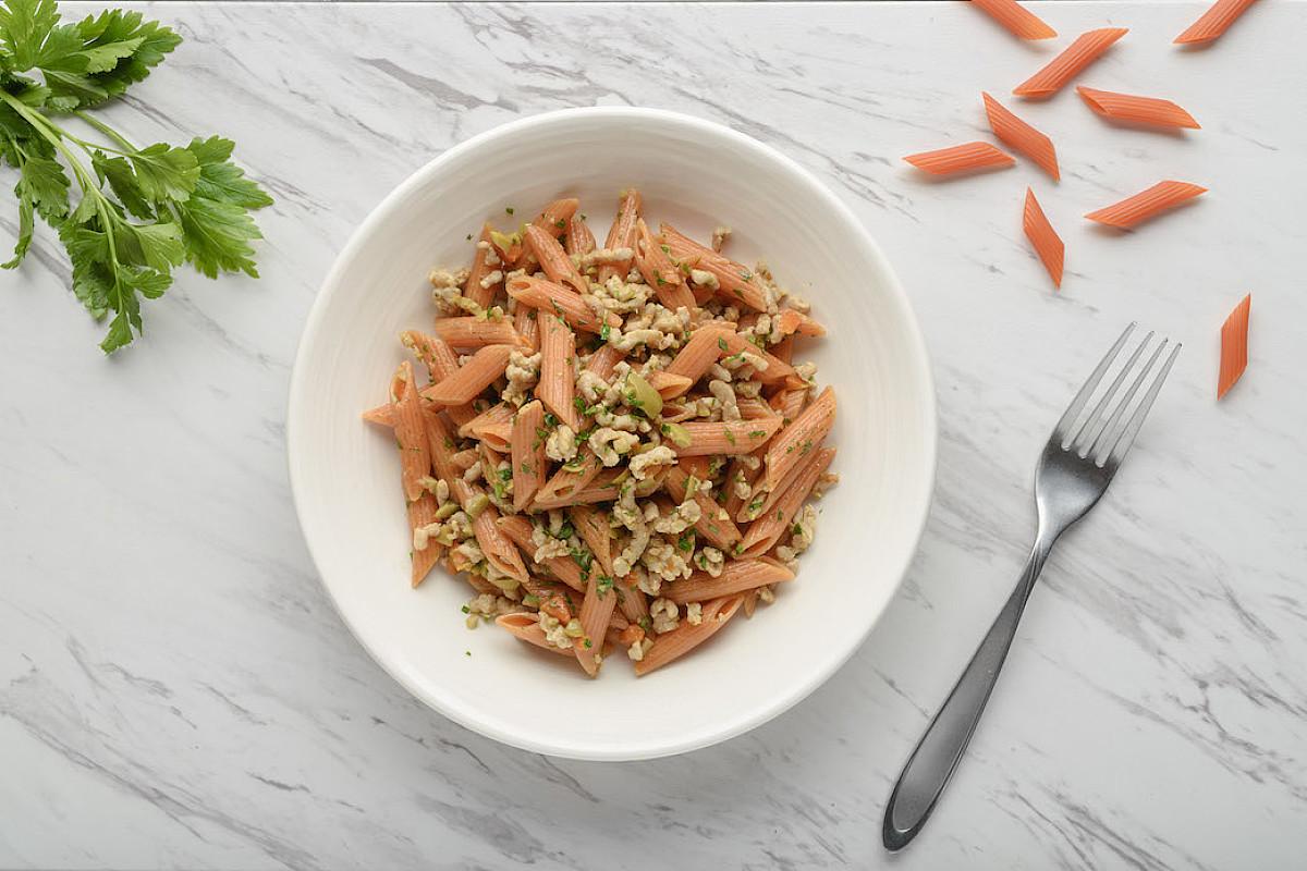 Penne di lenticchie rosse con ragù di pollo bio e olive verdi