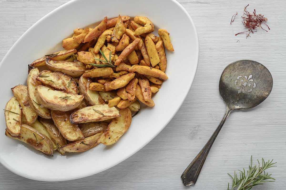 Straccetti di pollo bio allo zafferano con patate al forno