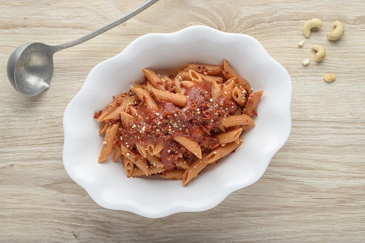 Penne di lenticchie rosse con pesto di pomodori secchi e anacardi