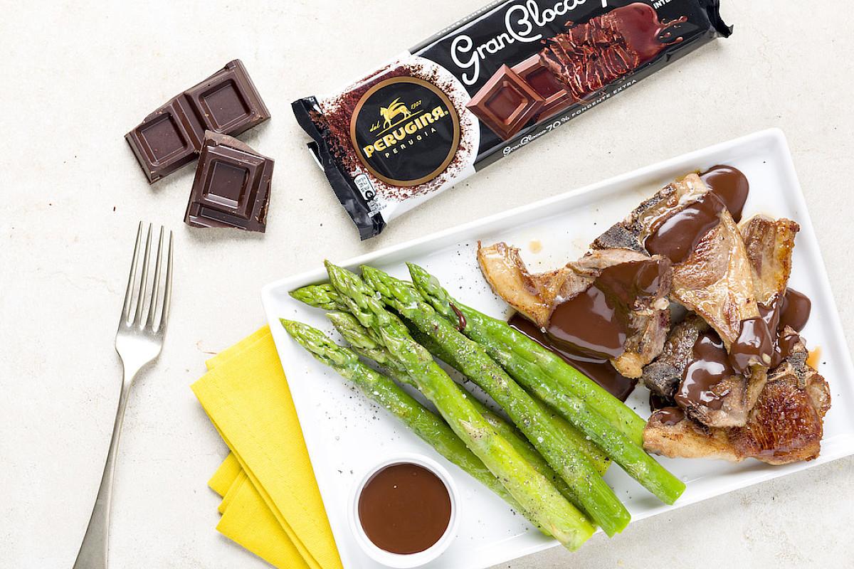Costolette di agnello con salsa al cioccolato Perugina® GranBlocco Fondente Extra 70% e asparagi