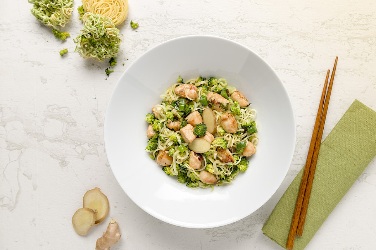 Bocconcini di pollo bio con spaghetti di broccoli saltati