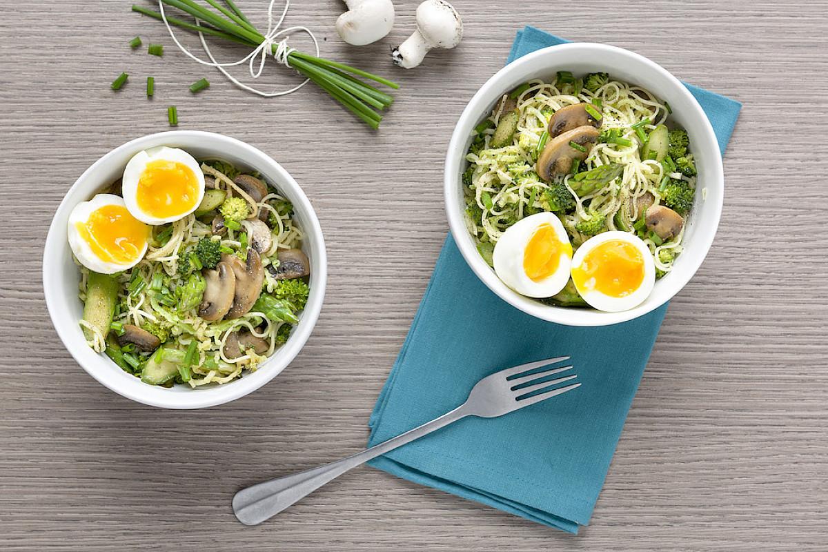 Ramen primaverili con uova, funghi e asparagi