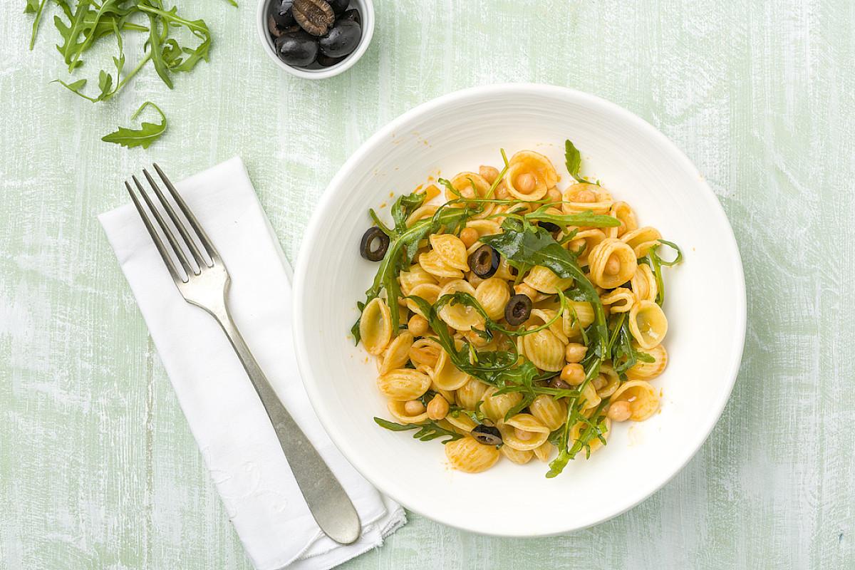 Orecchiette con olive, ceci e rucola