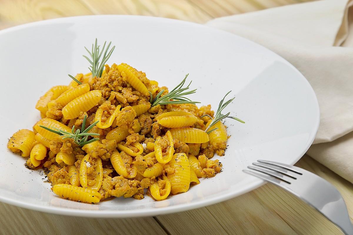 Malloreddus allo zafferano con salsiccia e crema di pomodoro