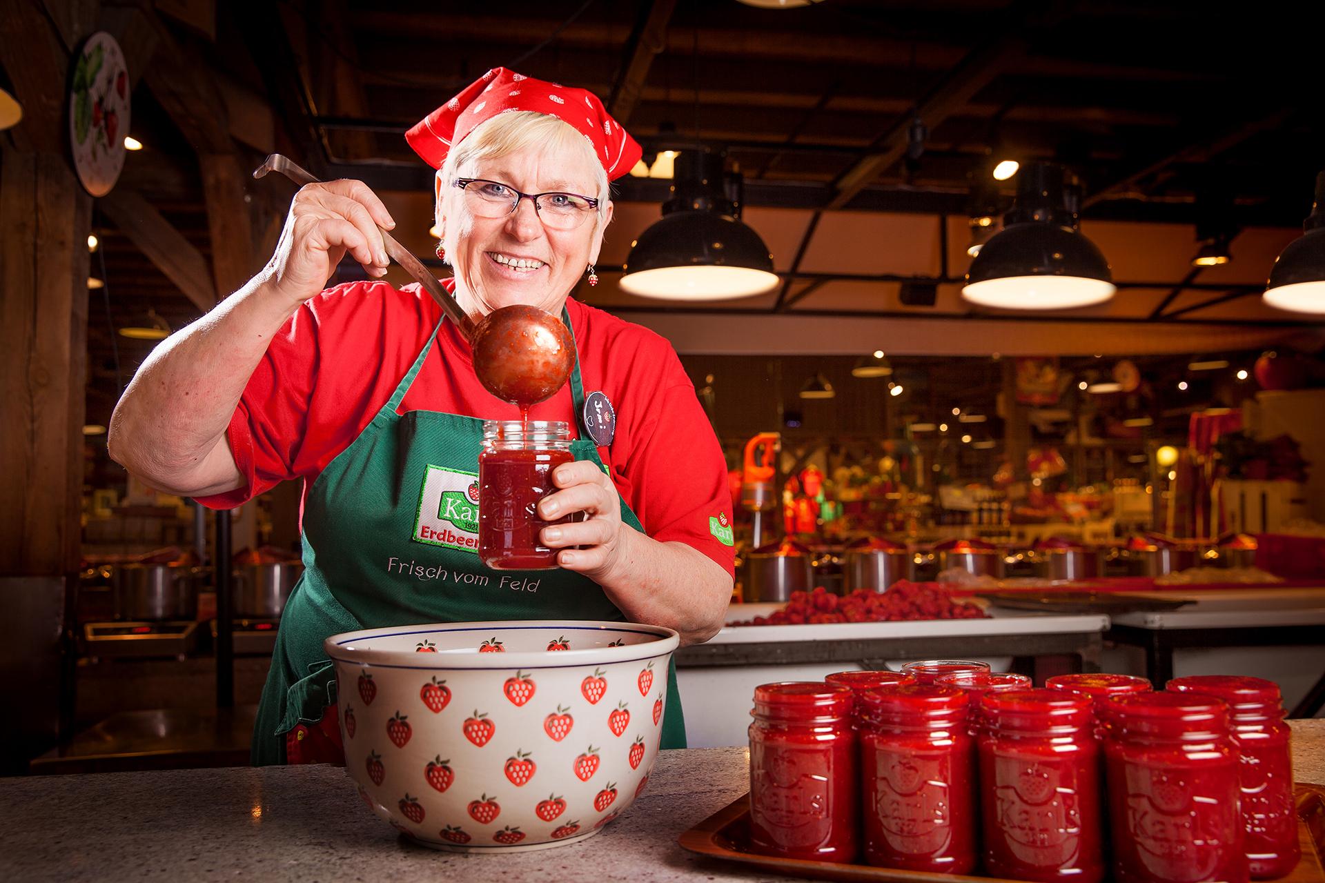 Marmeladen-Köchin bei der Arbeit Rövershagen