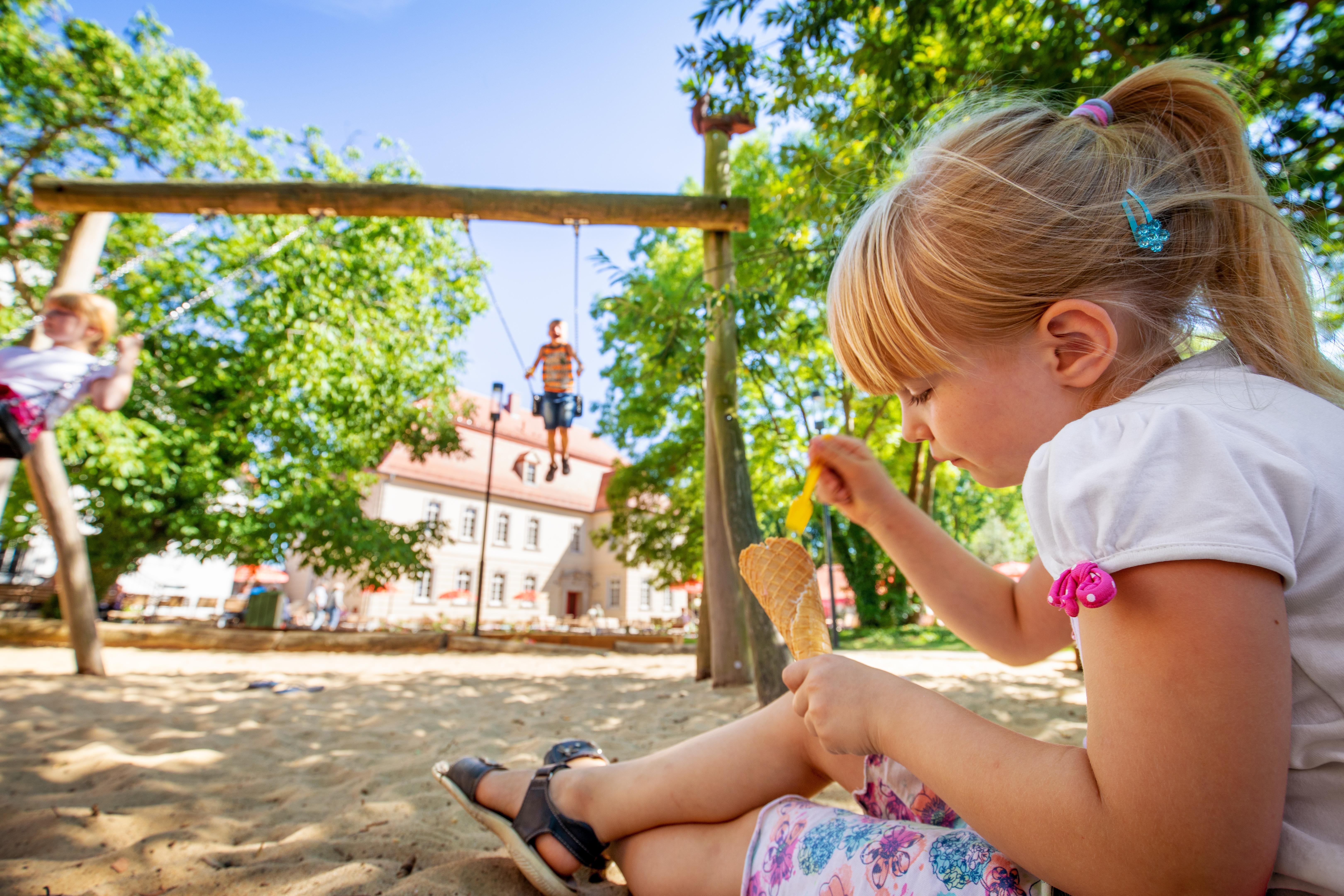Kind mit Eis auf dem Spielplatz, Loburg