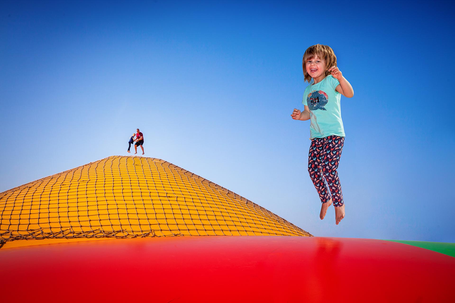 Kind beim Springen auf den Hüpfkissen Rövershagen