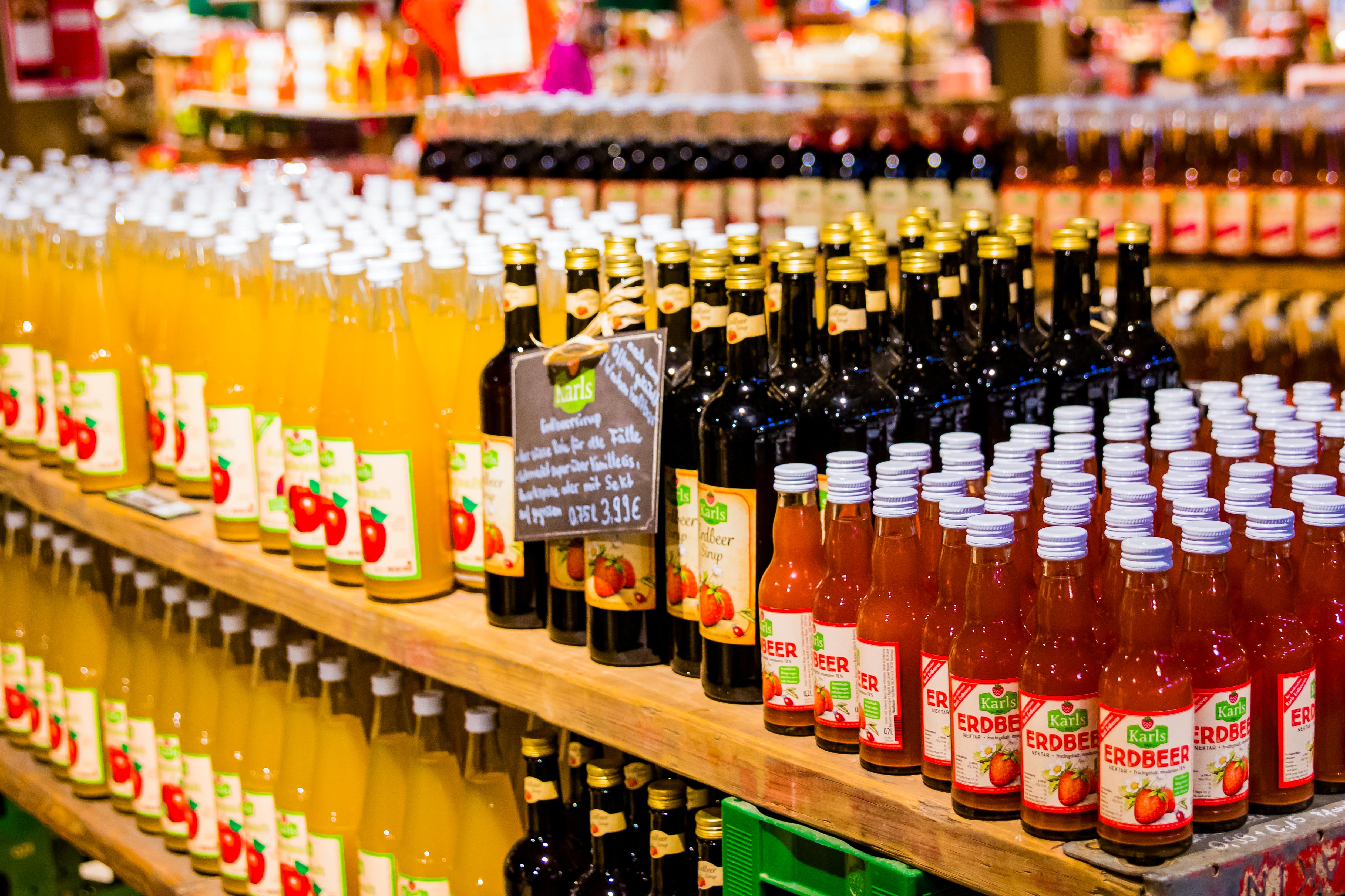 Unsere verschiedenen Produkte in Flaschen: Erdbeer-Nektar, Erdbeer-Sirup, Apfelsaft. Alles in unserem Bauernmarkt.