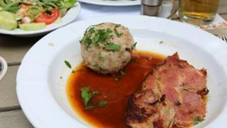 Schweinebraten mit Semmelknödel und Salat Schweinebraten Semmelknödel Hauptspeise  von Gasthaus Goldenes Schiff in Passau