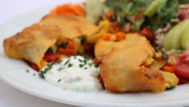 Gemüsestrudel mit Joghurtsauce, dazu Salatgarnitur Gemüsestrudel Hauptspeise  von Gasthaus Goldenes Schiff in Passau