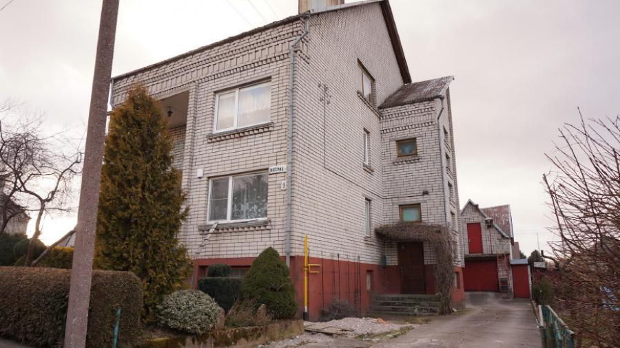 Telšių m. Kaštonų g. parduodamas 2 aukštų mūrinis gyvenamasis namas su 0,10 ha-0