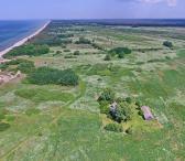 30 arų žemės sklypas prie jūros – iki jūros tik 180 metrų. 1,38 ha teritorijoje parduodami 4 sklypai  (po 30 a.) prie kopų, Kuršių take, Palangoje. Šalia sklypų plyti pušyno miškelis ir geomorfologinis draustinis, kuris skiria sklypus nuo Baltijos jūros. -0