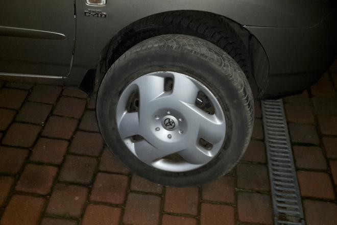 Skardiniai 15 colių Toyota ratlankiai su gaubtais-0