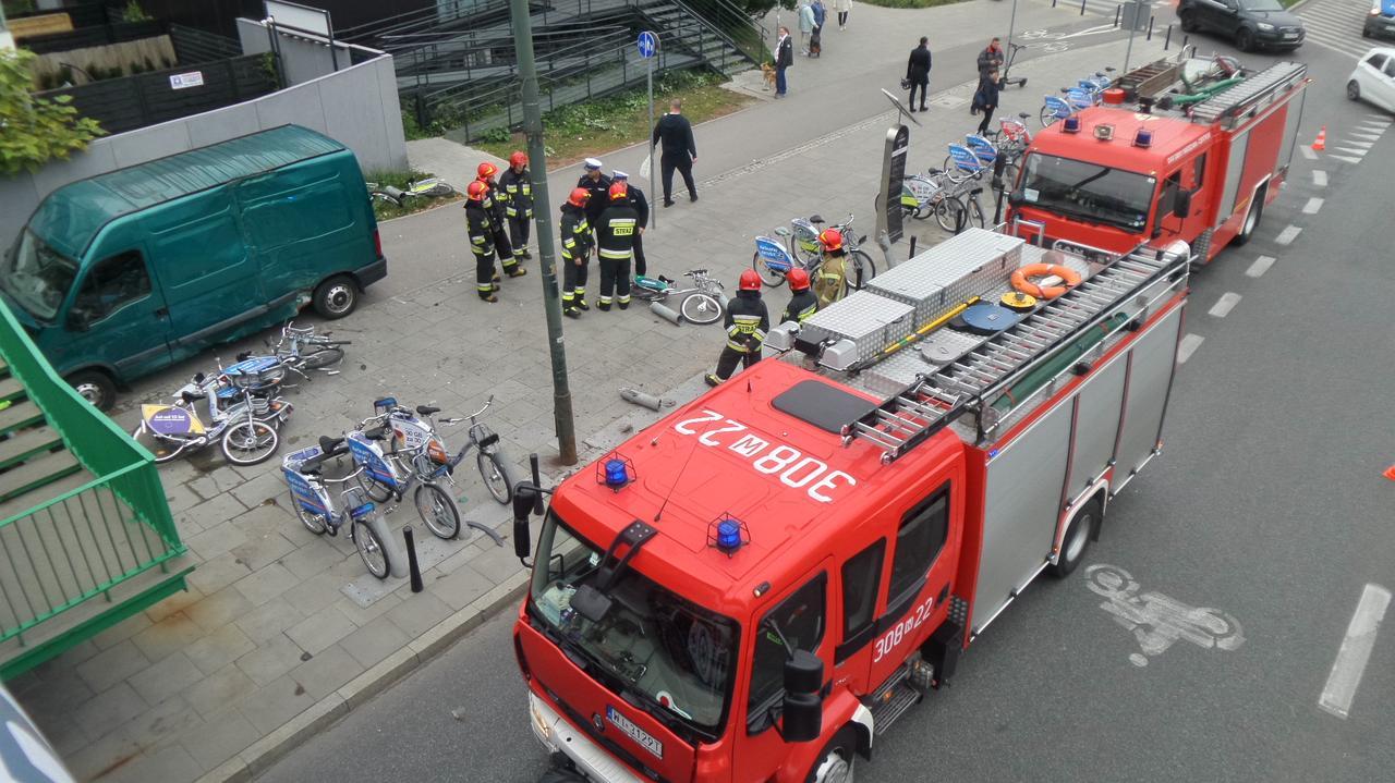 Przy Międzynarodowej zderzyły się dwa samochody. Jeden wjechał później w stację rowerów miejskich.
